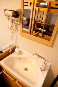 Single Bed in Mixed Dormitory Room with Toilet (5 Adults)
