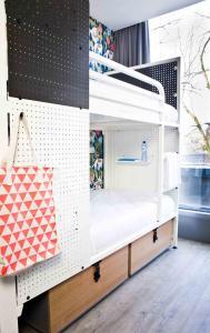 4人部屋 シングルベッド2台と二段ベッド1台 専用バスルーム付