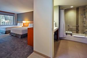 Zimmer mit 2 Queensize-Betten und Badewanne – barrierefrei