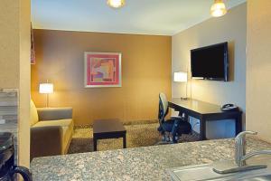 Suite con cama extragrande y zona de cocina - No fumadores