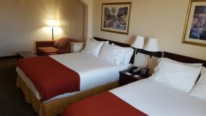 Habitación con cama grande y sofá cama