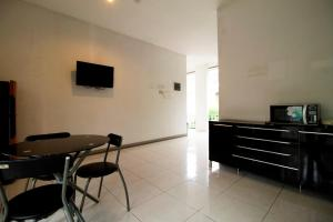 RedDoorz Plus Near Lippo Karawaci, Penziony  Tangerang - big - 16
