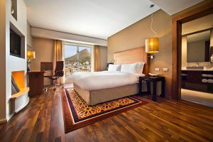 Executive Zimmer mit Kingsize-Bett und Zugang zur Executive Lounge