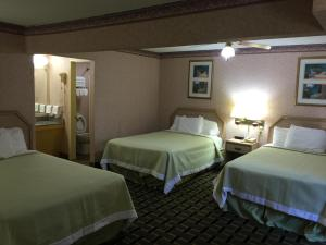 Double Room with Three Double Beds - Smoking
