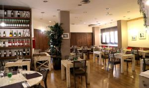 Hotel Don Jaime 54, Hotely  Zaragoza - big - 42