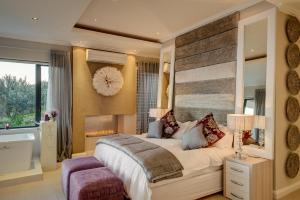Rom med king-size-seng og havutsikt