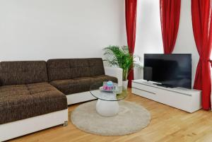 Deluxe Three-Bedroom Apartment with living room