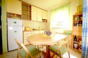 Apartments Tonzi, Ferienwohnungen  Malinska - big - 8