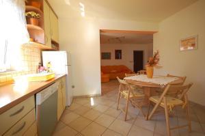 Apartments Tonzi, Ferienwohnungen  Malinska - big - 15
