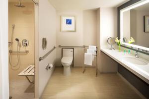Værelse med queensize-seng og handicapvenligt brusebad