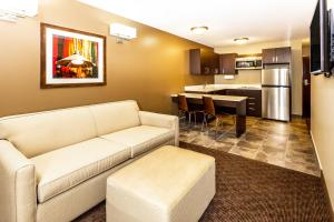 Microtel Inn & Suites by Wyndham Whitecourt, Отели  Whitecourt - big - 8