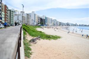 Apê LUXO 25m do mar Wifi Netflix AR nos quartos, Apartmanok  Guarapari - big - 22