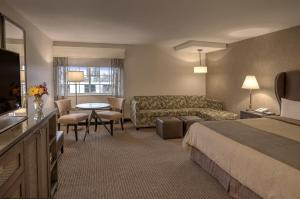 Deluxe Queen Room with Two Queen Beds with Pool Access - Non smoking