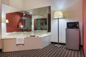 Quality Inn Commerce, Hotely  Commerce - big - 40