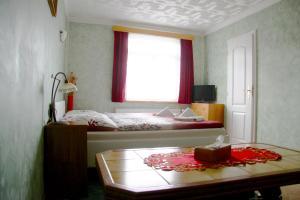 Villa Anastazis - Penzion Eden, Guest houses  Karlovy Vary - big - 57