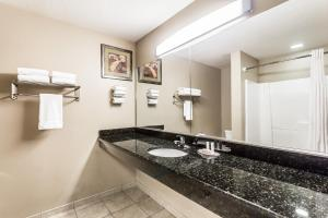 Deluxe King Suite with Jetted Tub