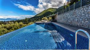 Luxurious Villa Kastro with Salt Water Swimming Pool, Vily  Nikiana - big - 67