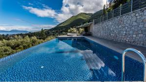 Luxurious Villa Kastro with Salt Water Swimming Pool, Vily  Nikiana - big - 59