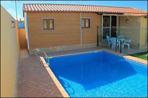 Bungalow Curro Pareja 131, Dovolenkové domy  Conil de la Frontera - big - 2