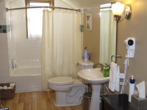 Zimmer mit Queensize-Bett und Gemeinschaftsbad