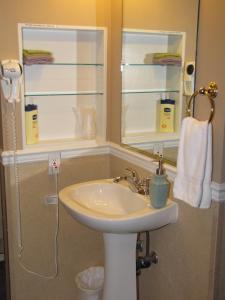 Zimmer mit Queensize-Bett und privatem Bad