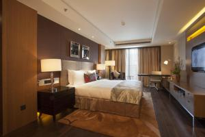 Deluxe Three-Bedroom Suite- Non-Smoking
