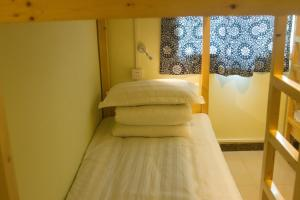 Cama en habitación compartida femenina de 6 camas con baño compartido