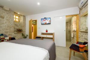 Villa Kudelik - Stone Story, Bed and breakfasts  Trogir - big - 26