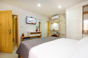 Villa Kudelik - Stone Story, Bed and breakfasts  Trogir - big - 27
