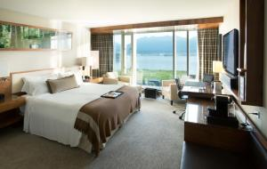 Signature Habour and Mountain View Room with King Bed