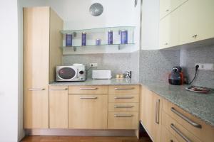 Luxury Three-Bedroom Apartment - Ronda Universidad 35