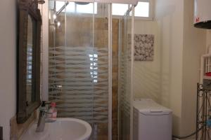Penthouse Apartment overlooking Place Carnot, Апартаменты  Каркассон - big - 6