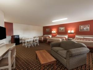 Queen Suite with Three Queen Beds - Non-Smoking