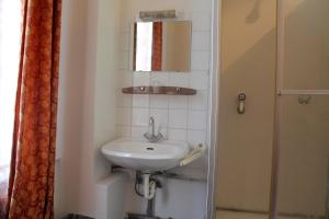 Single Room with Private Shower and Shared Toilet