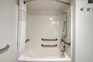 """Номер с кроватью размера """"king-size"""" и ванной – Подходит для слабослышащих гостей/Для некурящих"""