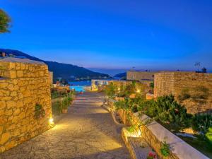 Eirini Luxury Hotel Villas, Villas  Grikos - big - 77