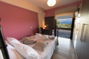 Luxurious Villa Kastro with Salt Water Swimming Pool, Vily  Nikiana - big - 68