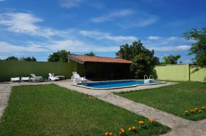 Angelinas Villa with Private Pool, Ferienwohnungen  Bozhurets - big - 52