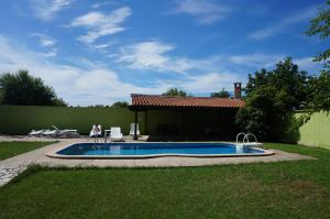 Angelinas Villa with Private Pool, Ferienwohnungen  Bozhurets - big - 53