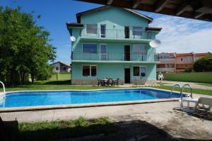 Angelinas Villa with Private Pool, Ferienwohnungen  Bozhurets - big - 59