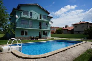 Angelinas Villa with Private Pool, Ferienwohnungen  Bozhurets - big - 61