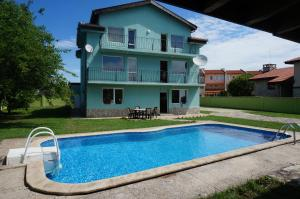 Angelinas Villa with Private Pool, Ferienwohnungen  Bozhurets - big - 10