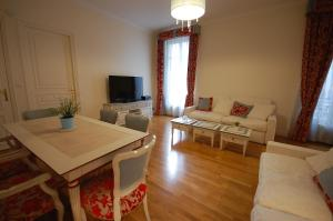 Large Apartment in Champs Elysées area., Апартаменты  Париж - big - 1