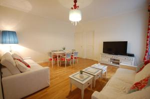 Large Apartment in Champs Elysées area., Апартаменты  Париж - big - 8