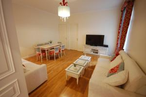 Large Apartment in Champs Elysées area., Апартаменты  Париж - big - 11