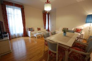 Large Apartment in Champs Elysées area., Апартаменты  Париж - big - 9