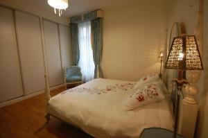 Large Apartment in Champs Elysées area., Ferienwohnungen  Paris - big - 7