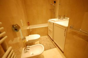 Large Apartment in Champs Elysées area., Апартаменты  Париж - big - 29