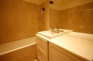 Large Apartment in Champs Elysées area., Апартаменты  Париж - big - 28