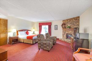 Suite with a King Bed and Two Queen Beds - Non Smoking